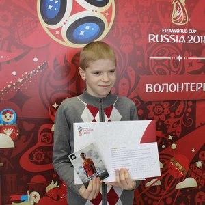Детям вручили открытки с автографами известных футболистов