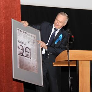 СГАУ подарили экземпляр газеты 1965 года с автографом космонавта Алексея Леонова