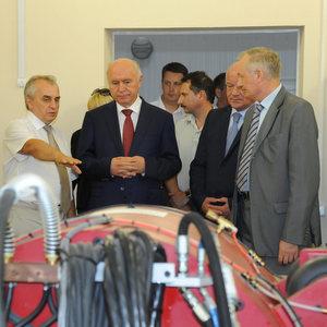 Ученые показали губернатору спутник «Аист-2»