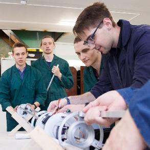 Студенты обучают воспитанников центра одаренных детей основам ракетостроения