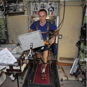 За 5 лет космонавты преодолели путь, равный экватору Земли, на парящем в невесомости тренажере