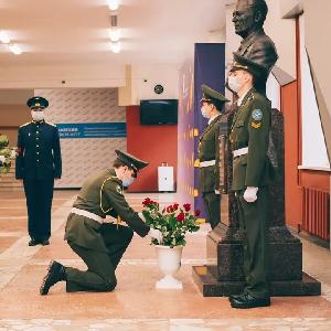 Студенты возложили цветы к бюсту Виктора Павловича Лукачева